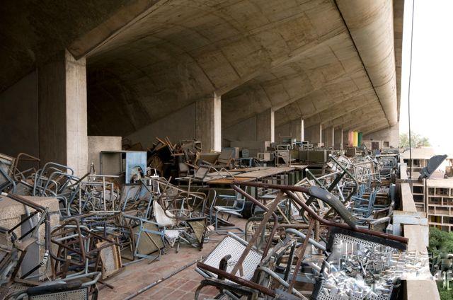 Décharge de mobilier Jeanneret abandonné à Chandigarh, Inde