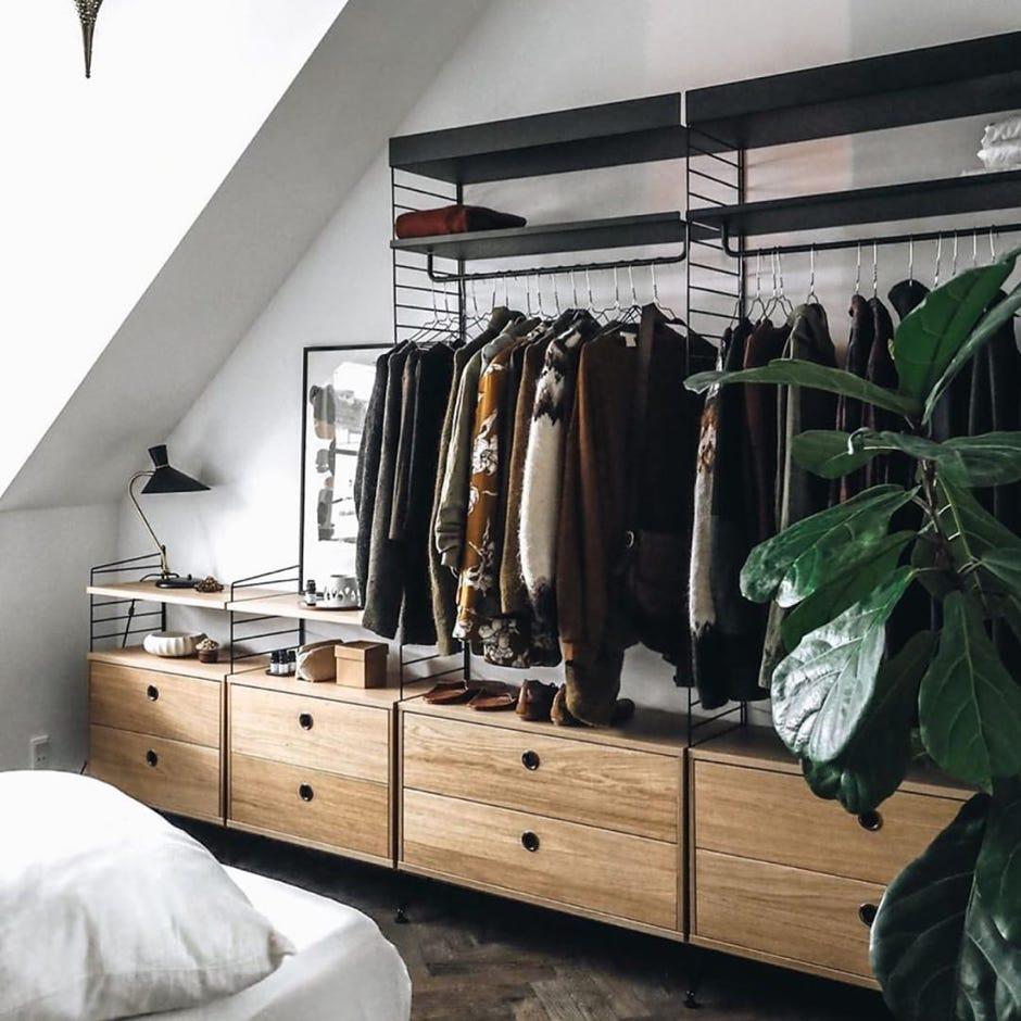 Dressing modulaire String Furniture sous un plafond rampant
