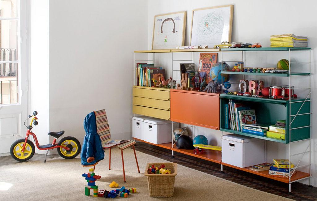 Composition modulaire Tria Massana métal coloré dans une chambre d'enfant, édité par Mobles 114